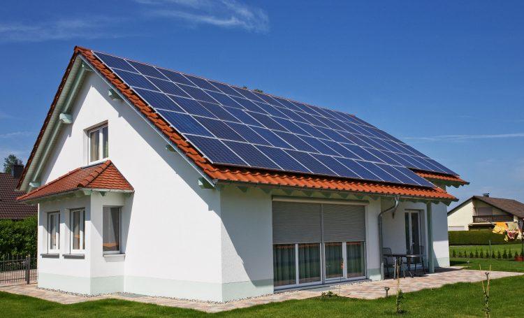 Casa con techos llenos de paneles fotovolaticos